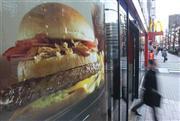 「テキサスバーガー」のポスターが貼られたマクドナルドの店舗=14日、東京都千代田区のマクドナルド神田末広町店