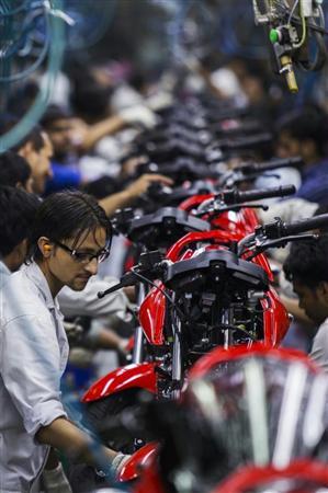 インド北部ハリヤナ州の二輪車生産工場。同国の二輪車産業は今年度、前年度比... インド北部ハリヤ