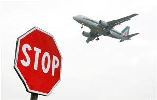 着陸するアリタリア航空の航空機(AP)