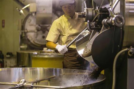 大和屋の職人たち。熟練された技術で、絶妙な加減で焙煎していく(提供写真)