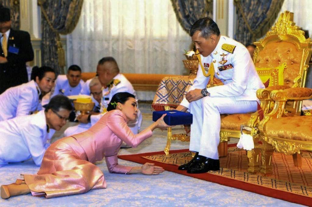 王妃 タイ 国王 王室の「親しみやすさアピール」に駆り出されるタイ国王の側室