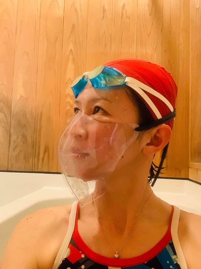 コロナ対策でプール離れを食い止めろ 元競泳選手が透明マスク開発