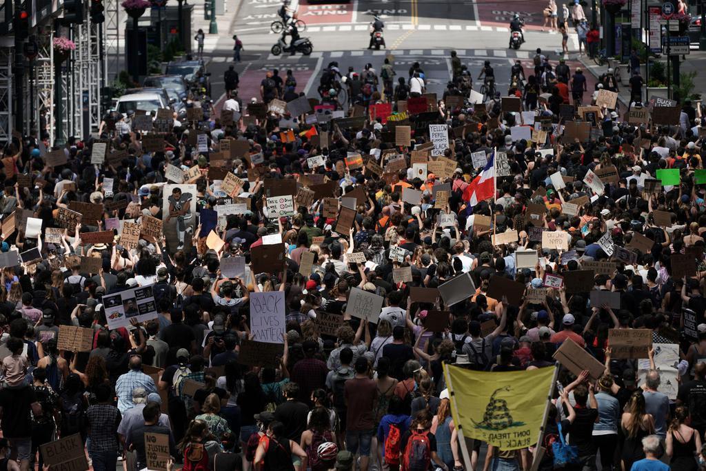 全米デモでの暴動鎮圧のための米軍投入、過半数の52%が支持 ...